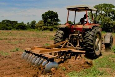 Busco maquinaria de arar terrenos